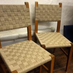 Färdigflätade stolar.